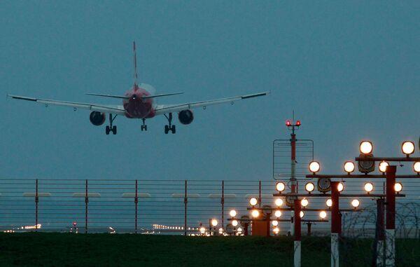 Самолет авиакомпании Air Berlin приземляется в аэропорту Тегель в Берлине