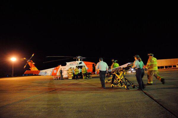 Пожарные и скорая помощь на месте пожара на буровой установке Deepwater Horizon в США