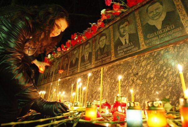 Свечи у мемориала в память о погибших во время Чернобыльской трагедии