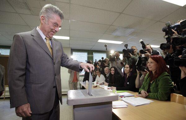 Хайнц Фишер на избирательном участке