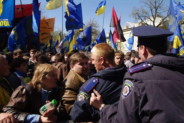 Митинг сторонников и противников соглашения по Черноморскому флоту у здания Верховной Рады Украины