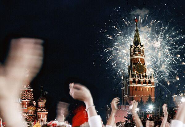 Праздничный фейерверк в День Победы на Красной площади. Архив
