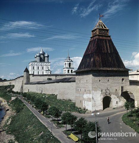 Вид на Власьевскую башню и Троицкий собор
