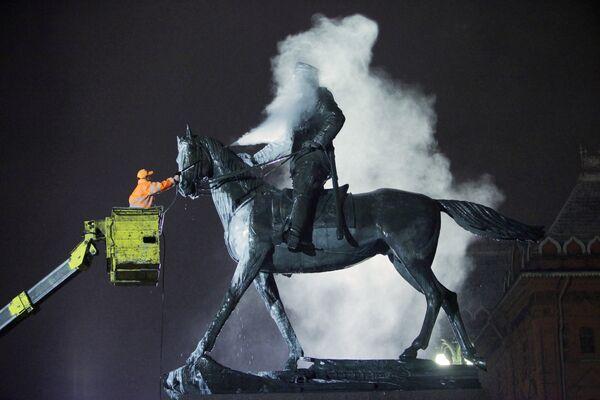 Мойка памятника маршалу Георгию Жукову. Архив