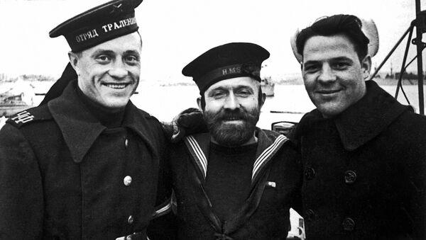 Русский, английский и американский матросы в Севастополе в 1945 году