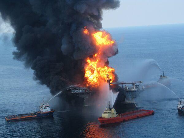 Пожар на буровой установке в Мексиканском заливе. Архив