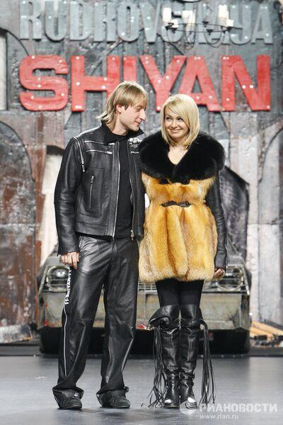 Яна Рудковская и Евгений Плющенко во время показа новой коллекции Ильи Шияна и Яны Рудковской