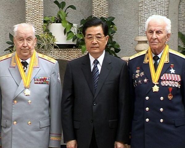 Ху Цзиньтао лично вручил медали российским ветеранам и получил самовар