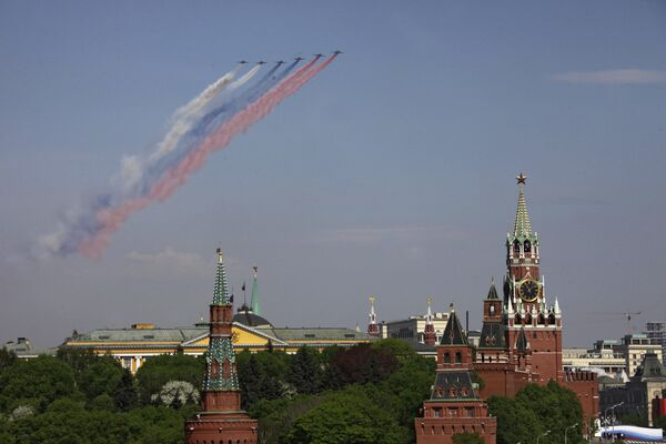 Пролет военной авиации над Красной площадью во время парада Победы