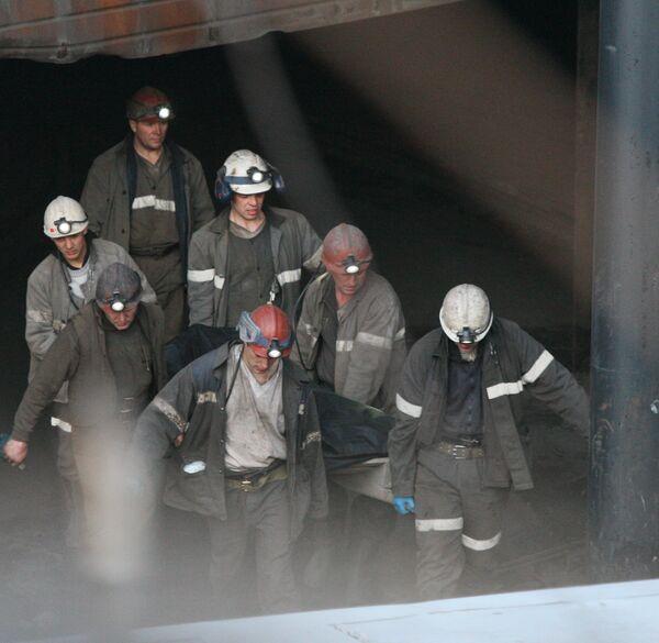 Поднятие тел погибших при взрывах на шахте Распадская в Кемеровской области