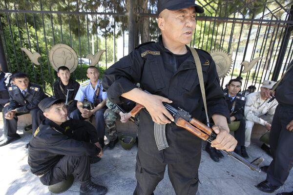 Сотрудники милиции охраняют здание Джалалабадской обладминистрации, которое штурмовали сторонники Бакиева.