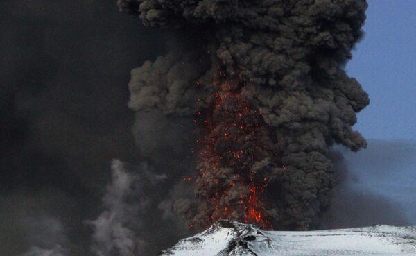 Извержение исландского вулкана Эйяфьятлайокудль