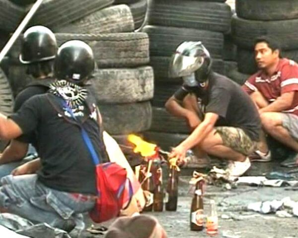 Краснорубашечники забрасывают военных бутылками с горючей смесью