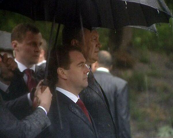 Медведев и Янукович возложили венки к могиле Неизвестного солдата