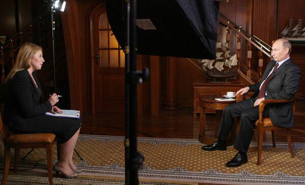 Премьер-министр РФ Владимир Путин во время интервью телекомпании Мир