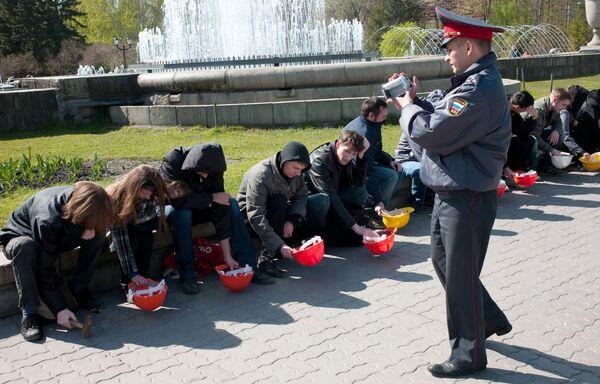 Флэшмоб в поддержку шахтеров Кузбасса в Новосибирске