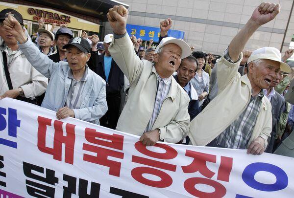 Митингующие против действий Северной Кореи