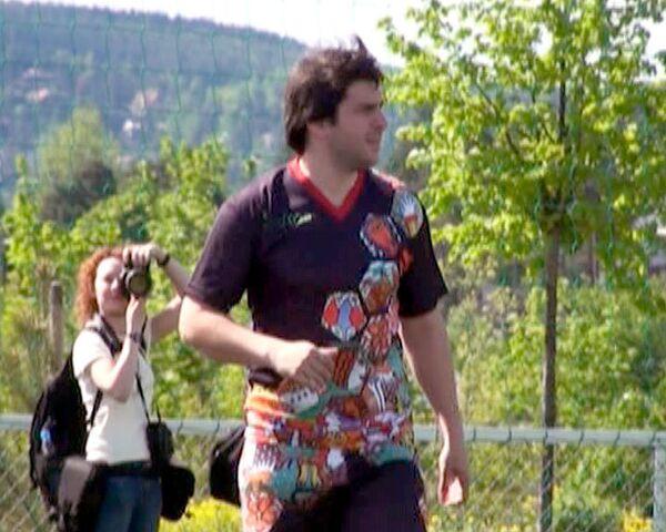 Петр Налич на Евровидении играет в футбол