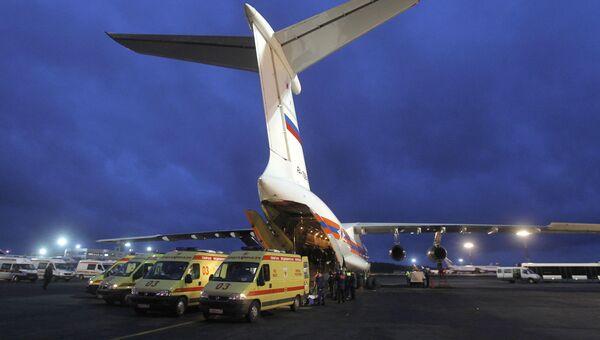 Автомобили скорой помощи у самолета МЧС РФ, архивное фото