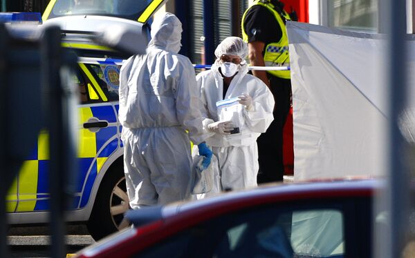 Полиции судебно-медицинской экспертизы собирает доказательства на месте убийства людей на северо-западе Англии