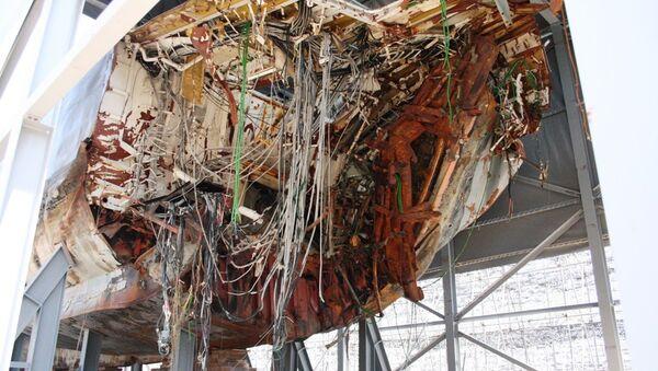 Эксклюзивные фотографии поврежденного корпуса сторожевого корабля Чхонан, сделанные журналистом РИА Новости на военно-морской базе Пхёнтхэк в Южной Корее.