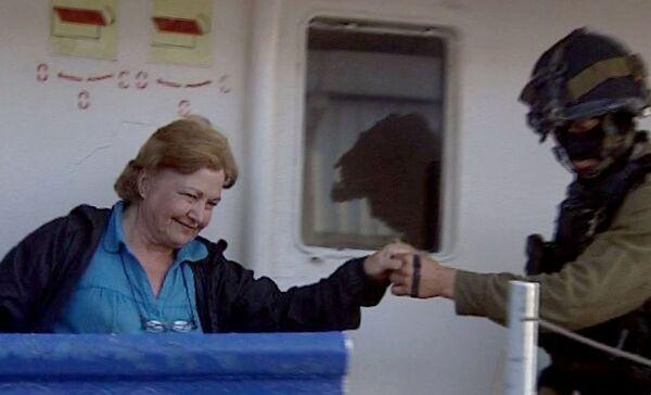 Лауреат Нобелевской премии мира 1976 года Мейрид Корриган-Магуайр сходит на берег с судна Рэчел Корри