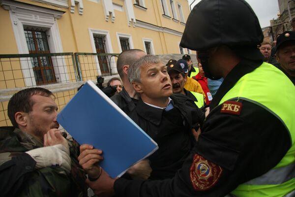 Жители столицы борятся с незаконным сносом исторического московского квартала в центре Москвы.