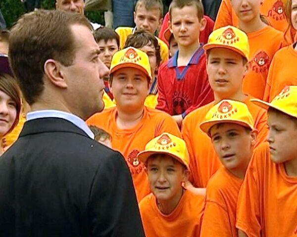 Школьники спели Медведеву гимн России и пригласили на дискотеку