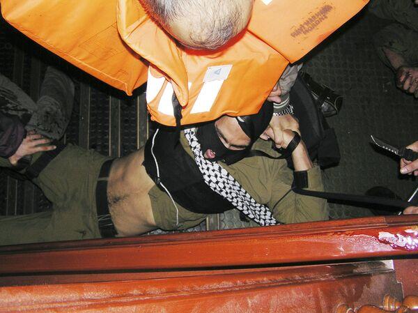 Экипаж судна Мави Мармара, входившего во Флотилию свободы, захватили в плен израильских военнослужащих