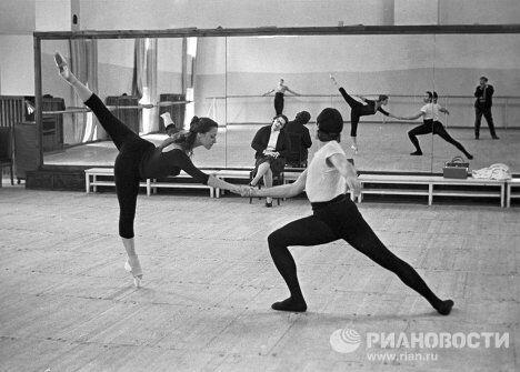 Артисты балета Майя Плисецкая и Николай Фадеечев на репетиции