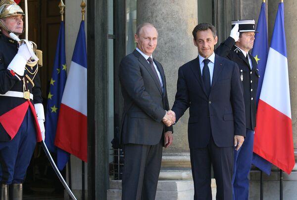 Церемония приветствия педседателя правительства РФ Владимира Путина президентом Франции Николя Саркози.