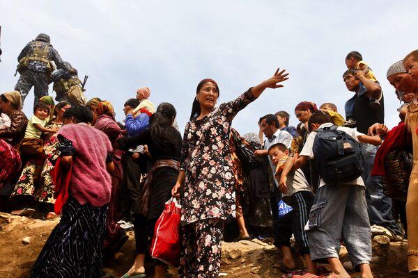 Узбекские беженцы из Кыргыстана переходят границу