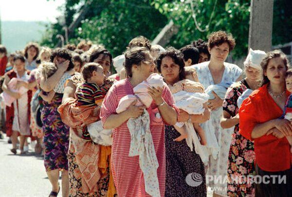 Колонна заложников из буденновской больницы после освобождения