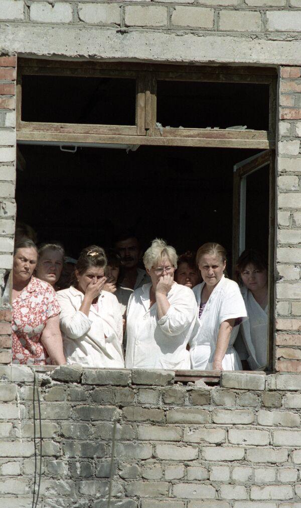 Медицинские сотрудники и пациенты Будённовской городской больницы, захваченные в качестве заложников