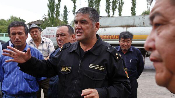Комендант города Ош, начальник УВД города полковник милиции Курсан Асанов на встрече с узбекскими старейшинами.