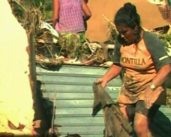 Бразильцы ищут сохранившиеся вещи в разрушенных наводнением домах