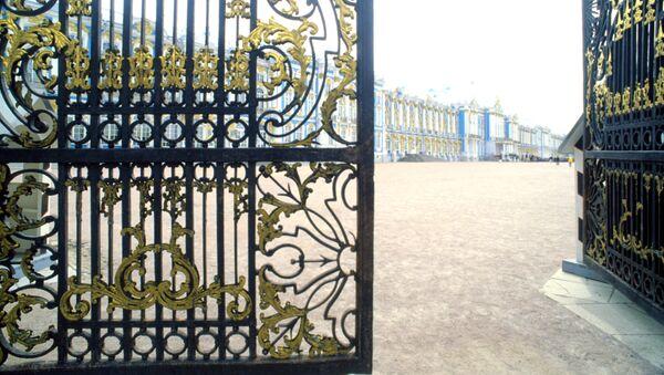 Главные ворота Екатерининского дворца в Государственном музее-заповеднике Царское Село. Архивное фото
