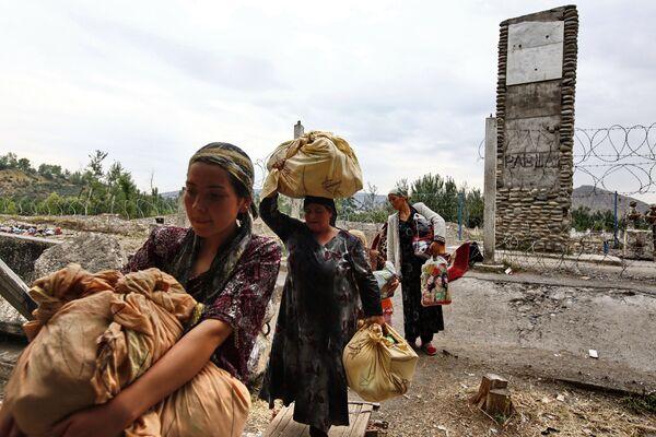 Беженцы небольшими группами возвращаются в Киргизию из Узбекистана. Архив