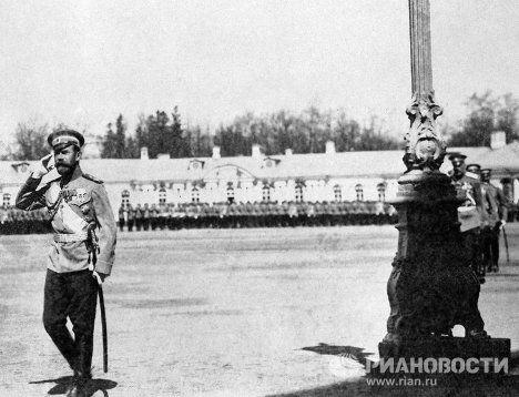 Император Николай II принимает парад