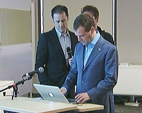 Всем привет! Я в Твиттере – Медведев завел свой микроблог
