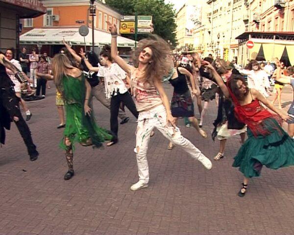 Зомби устроили Триллер в память о Джексоне в центре Москвы