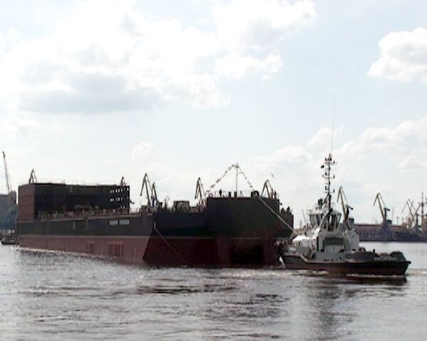 Головной энергоблок плавучей АЭС Академик Ломоносов спущен на воду