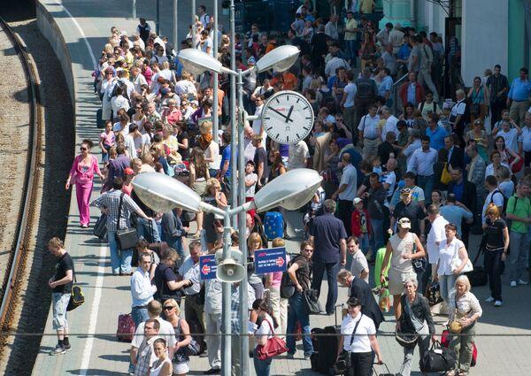 Пассажиры на платформе Белорусского вокзала в ожидании электрички. Архив