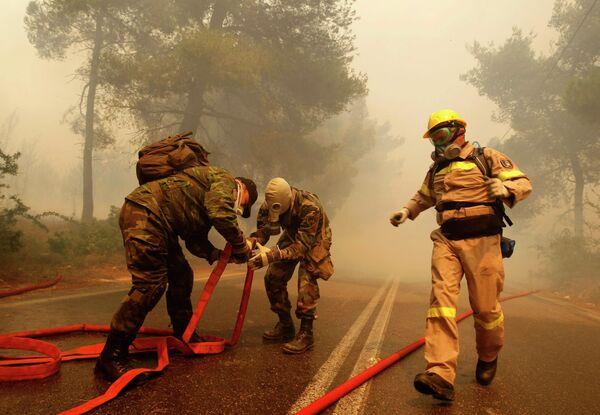Тушение лесного пожара в окрестностях Афин