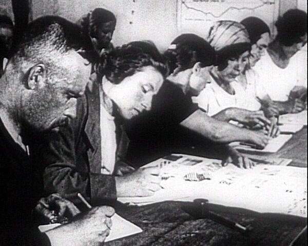 Советская власть усадила за парты все население страны. 1920 год