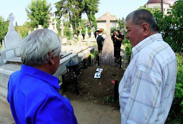 Могила четы Чаушеску, где началась эксгумация тел