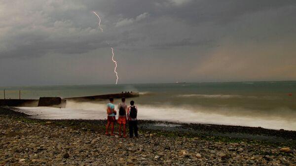 В штормовой день на набережной города Сочи