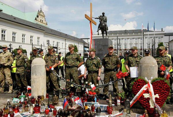 Сотни человек пришли к президентскому дворцу в Варшаве, протестуя против переноса памятного креста