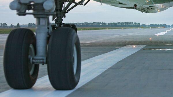 Взлетно-посадочная полоса аэропорта Толмачево. Архив