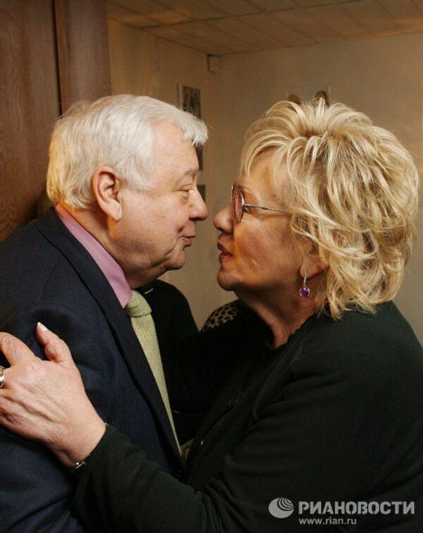 О.Табаков поздравляет Г.Волче с 50-летием театра Современник